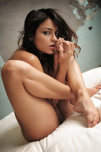 Model Joy Lamore in Round Bed