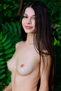 Model Delphina in Pure Leaf