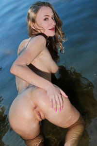 Model Aislin in Pond Play